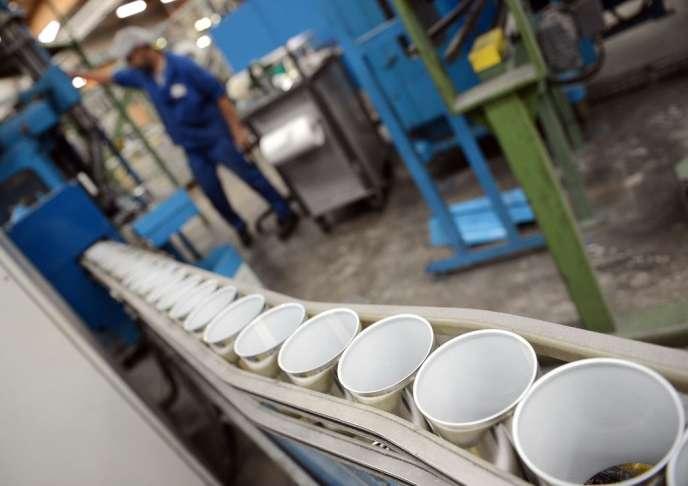 Dans une usine de fabrication d'emballages métalliques contenant du bisphénol A.
