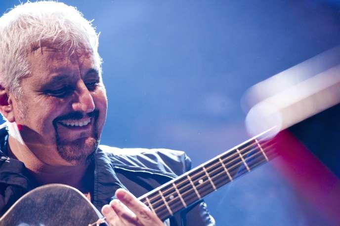 Selon les médias italiens, le chanteur et guitariste a eu un malaise dans la nuit alors qu'il se trouvait dans sa maison en Toscane et il est mort durant son transport d'urgence à Rome.