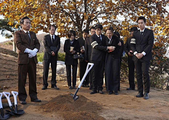 A droite, le policier Ko Geon-soo (interprété par Lee Seon-gyoon) dans