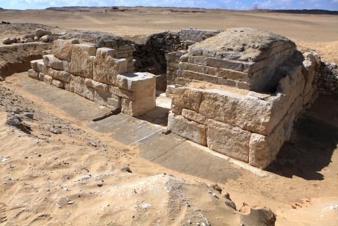Des archéologues tchèques ont découvert la tombe d'une reine pharaonique jusqu'ici inconnue, Khant Kaous III, sur le site d'Abou Sir, au sud-ouest du Caire.