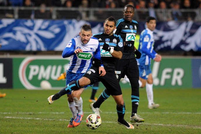 Le milieu de terrain grenoblois Samir Diri à la lutte avec l'attaquant de Marseille, Dimitri Payet, dimanche 4 janvier 2015.