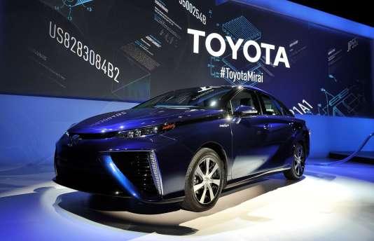 Grâce à une pile à combustible fonctionnant à l'hydrogène, la Mirai de Toyota produit son propre courant.