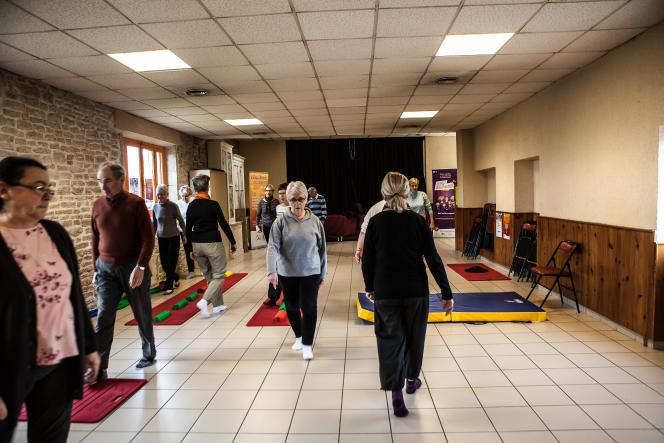 Quatorze seniors participent à l'atelier équilibre dans la salle communale de Fénay, près de Dijon.
