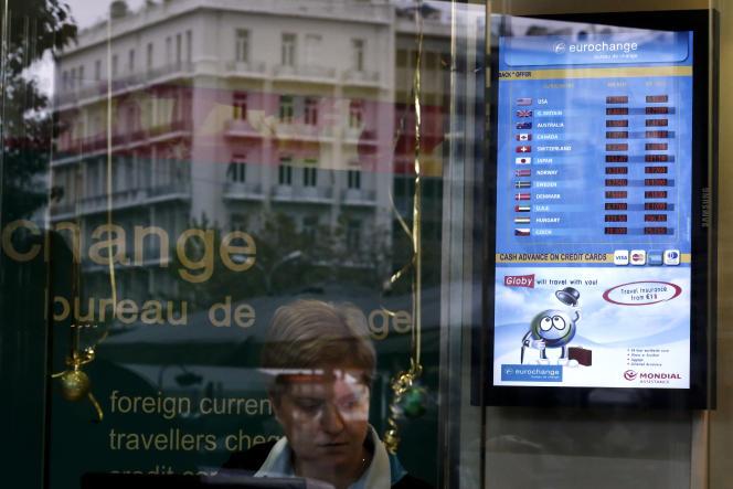 L'euro est tombé lundi, dans les échanges asiatiques, à 1,1864 dollar, son niveau le plus faible depuis mars 2006.