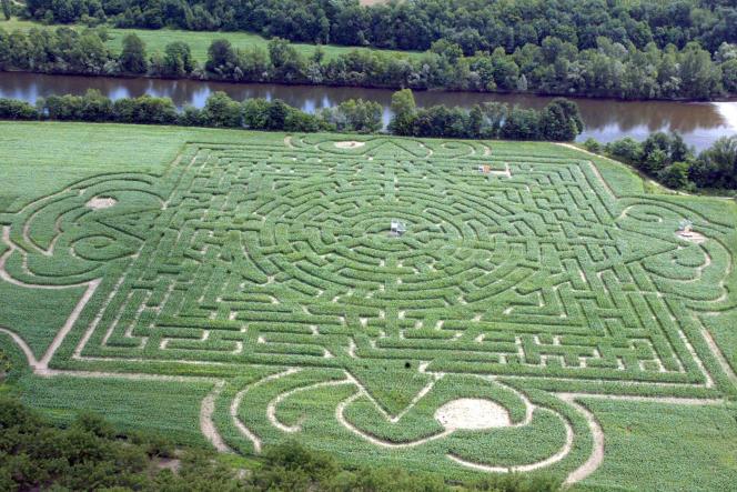 La vie en réseau permet une multiplication des rencontres (parc labyrinthe éphémère, à Martel, sur le thème du bicentaire de la naissance et la vie de Victor Hugo, en 2002).