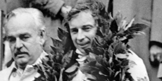Le pilote Jean-Pierre Beltoise, à droite, vainqueur du Grand Prix de formule1 de Monaco, en 1972.