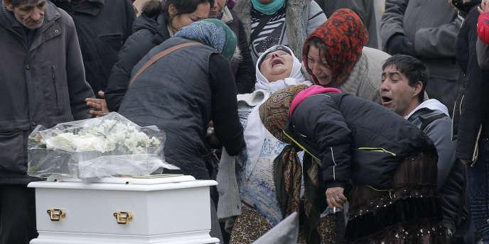 La mère du bébé rom durant l'inhumation, lundi 5 janvier à Wissous.