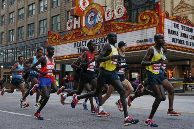 Le Kenyan Dennis Kimetto, dans les rues de Chicago, le 13 octobre 2013.