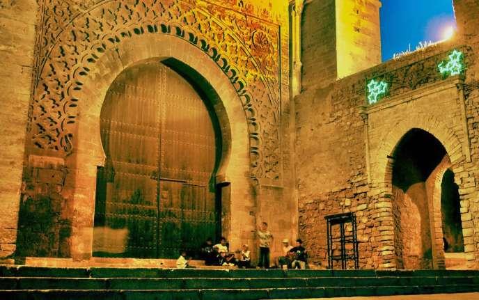 Des joueurs de guitare devant la porte principale de la kasbah des Oudayas, à Fès.