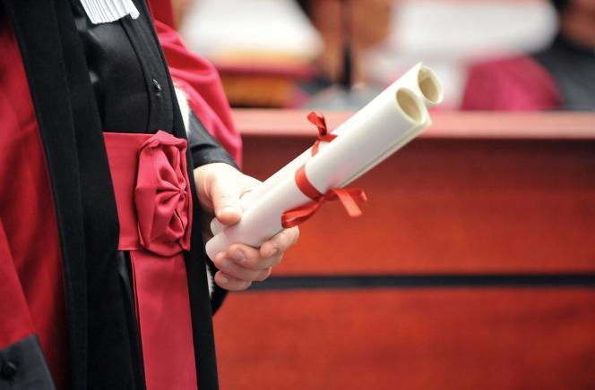Un professeur de l'université Paris-VI Pierre-et-Marie-Curie (UPMC) s'apprête à remettre un diplome de doctorat à un étudiant, le 13 juin 2009 à Paris.