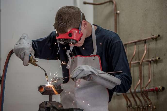 Un apprenti à l'Université régionale des métiers de l'artisanat, en septembre 2014 à Arras.