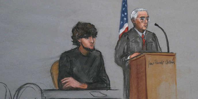 Dzhokhar Tsarnaev, suspect du double attentat du marathon de Boston, au côté du juge fédéral chargé de son procès, George O'Toole, lors d'un discours aux jurés potentiels, le 5janvier.