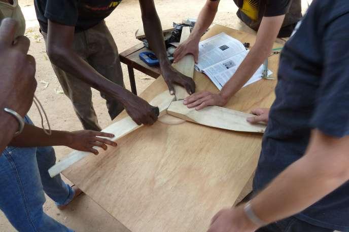 Montage des hélices pour une éolienne par les jeunes de OuagaLab.