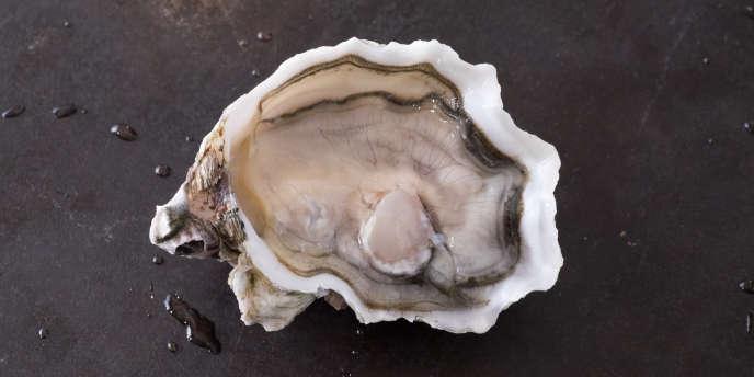 A L'Huîtrade, le mollusque est servi sans citron ni vinaigrette à l'échalote.