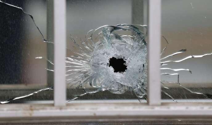 Un impact de balle dans les bureaux de Charlie Hebdo, le 7 juillet.