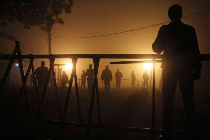 Des militaires pakistanais à l'entrée de la prison de Multan, le jour de l'exécution de deux condamnés à mort.