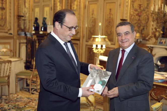 Jean-Louis Nadal remet son rapport à François Hollande à l'Elysée le 7 janvier 2015.