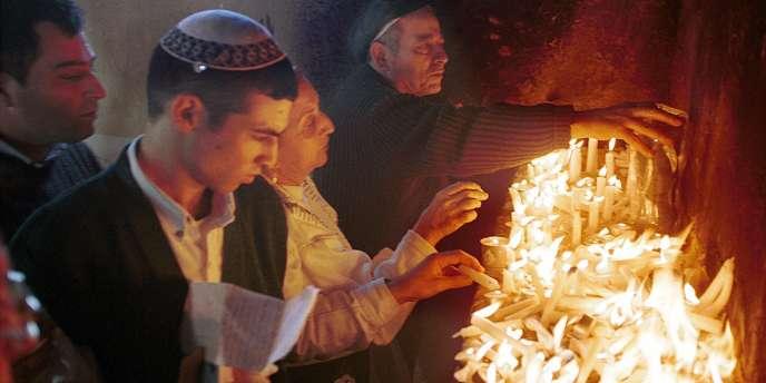 Des pèlerins juifs à l'intérieur du tombeau du rabbin Yaacov Abou Hatzira en décembre 1999.