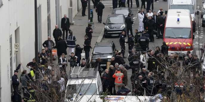 Intervention des secours et de la police devant les locaux de Charlie Hebdo, le 7 janvier.