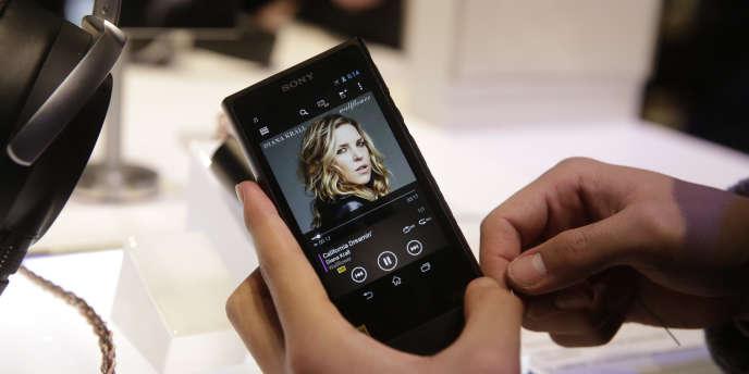 Sony, l'inventeur du Walkman, annonce le lancement du NWZ-ZX2, un baladeur numérique haut de gamme consacré à la musique haute-résolution. Avec une autonomie de 33 heures d'écoute et une capacité de stockage de 128Go, il faudra débourser pas moins de 1 199 euros pour se le procurer.