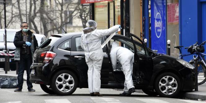 La police et les experts inspectent la voiture utilisée par les individus qui ont attaqué