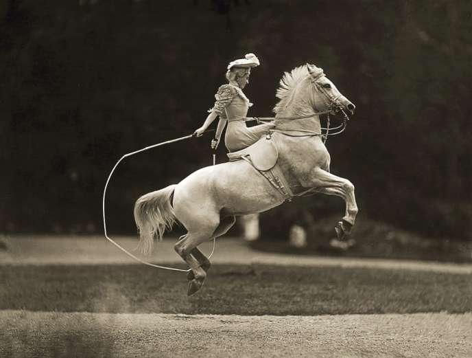 Spécialisé dans le portrait équestre, le studio Delton a également photographié des spectacles de cirque. Ici : Therese Renz,