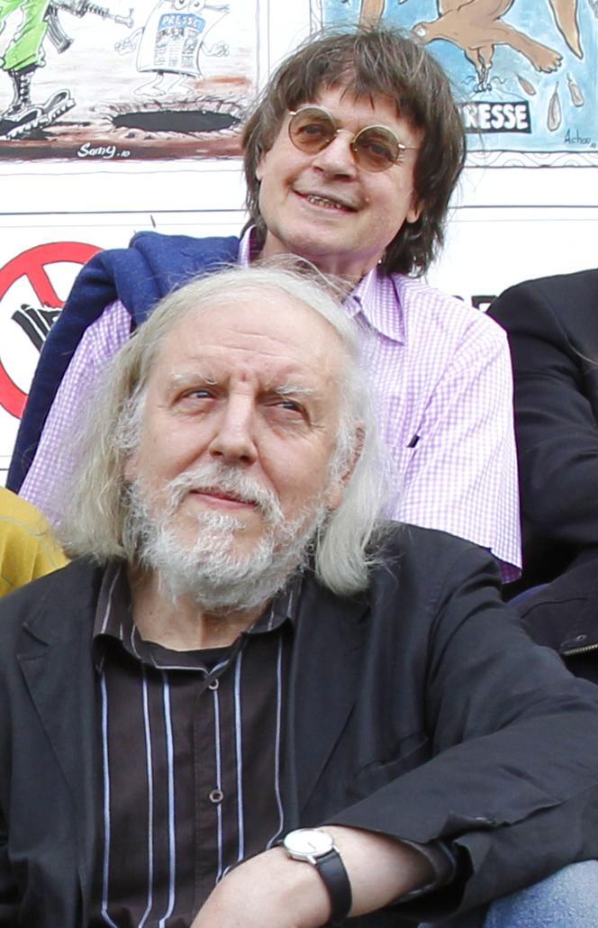 Le dessinateur Philippe Honoré, le 29 avril 2010 à Paris. Il pose devant Cabu.