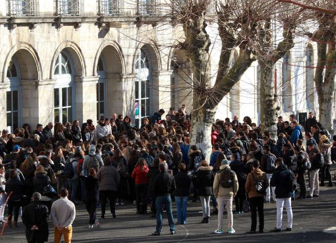 Rassemblement, au lycée Paul-Bert à Bayonne, le 8 janvier, pour la minute de silence en hommage aux victimes de la tuerie de