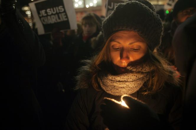 Une jeune femme prend part à une manifestation organisée en solidarité avec Charlie Hebdo à New York, le 7 janvier.