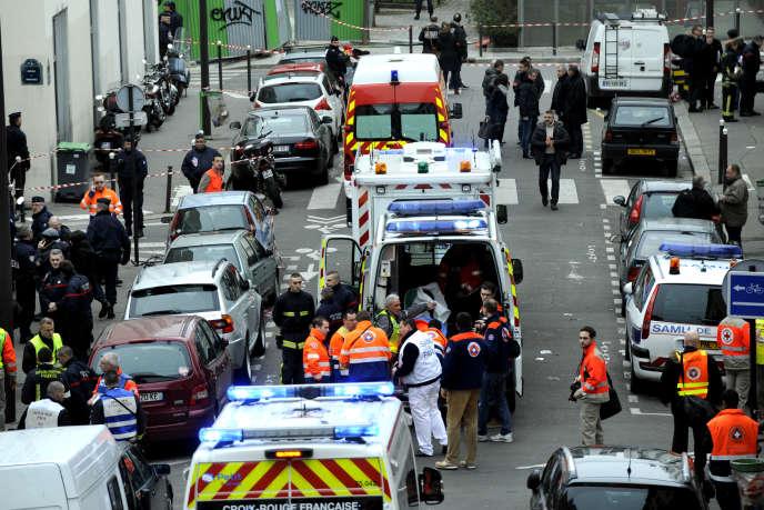 Evacuation d'un blessé. Attentat contre la rédaction du journal Charlie-Hebdo rue Nicolas APPERT à Paris. Un bilan provisoire de 12 morts journalistes et policiers.