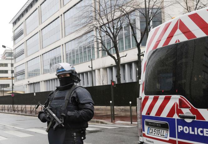 Un officier de police en faction devant les bureaux de la direction générale de la sécurité intérieure à Levallois Perret, à côté de Paris, jeudi 8 janvier, au lendemain de l'attaque contre la rédaction de