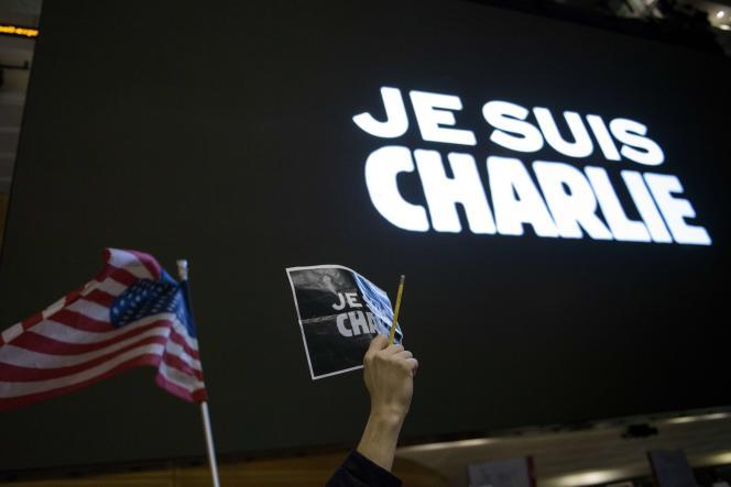 Des dizaines de personnes se sont donné rendez-vous, mercredi, à Washington pour dénoncer l'attentat contre le journal satirique.