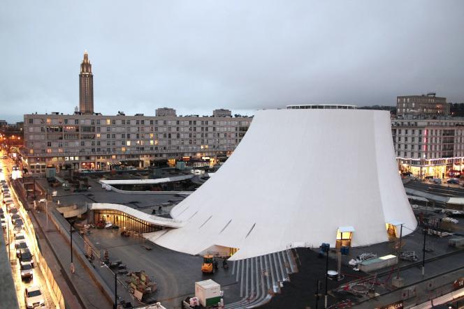 Le centre culturel le Volcan, d'Oscar Niemeyer, et, à sa gauche, l'église Saint-Joseph de l'architecte Auguste Perret.