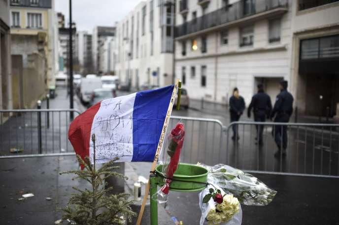 Un drapeau français en hommage à la liberté devant les locaux de