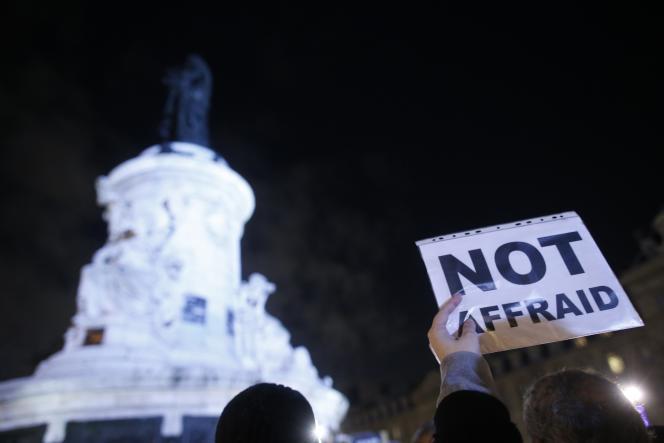 Sur la place de la République, lors du rassemblement en hommage aux victimes de
