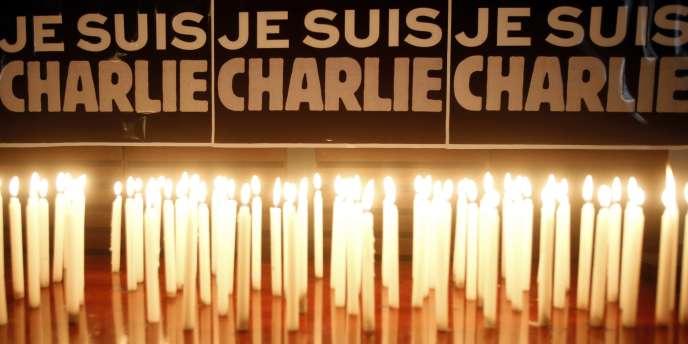 Bougies devant l'ambassade française à Hanoï, au Vietnam, en soutien aux victimes de