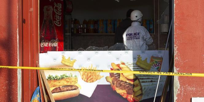 Jeudi matin à l'aube, une explosion s'est produite à Villefranche-sur-Saône (Rhône) devant un snack kebab jouxtant la mosquée de la ville. « Un engin artisanal déposé devant l'entrée du snack, à quelques mètres de la mosquée, a explosé à 5 h 45. La façade a été soufflée », a déclaré le procureur de la République de Villefranche-sur-Saône.