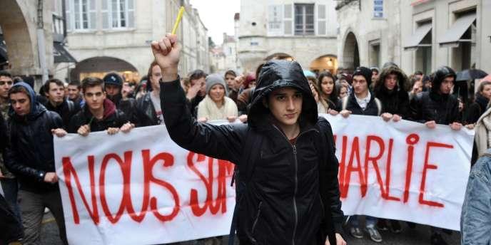Des étudiants manifestent à La Rochelle, derrière une bannière