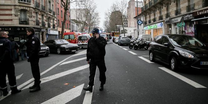 Avenue Pierre-Brossolette à Malakoff, le 8 janvier. Les lieux sont bouclés par la police après une fusillade, au lendemain de l'attentat contre