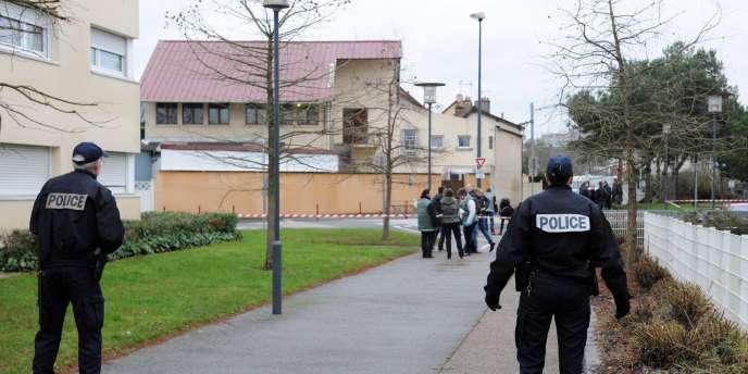 Quatre grenades d'exercice, dites « grenades à plâtre », ont été lancées dans la nuit de mercredi à jeudi 8 janvier, vers 0 h 30 contre une mosquée d'un quartier populaire, les Sablons, au Mans.