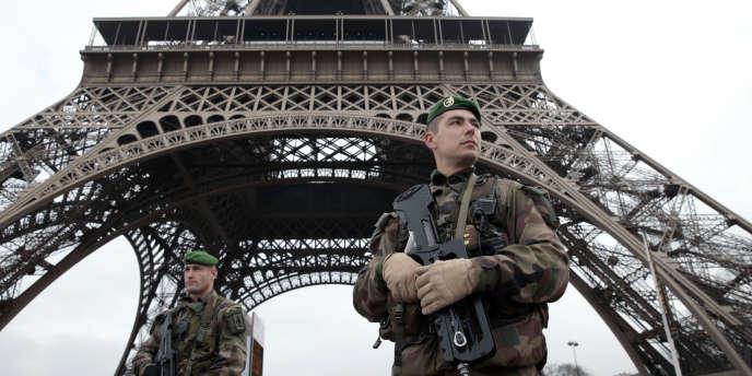 Militaires en faction dans le cadre du plan Vigipirate, décrété depuis mercredi 7 janvier pour l'Ile-de-France.