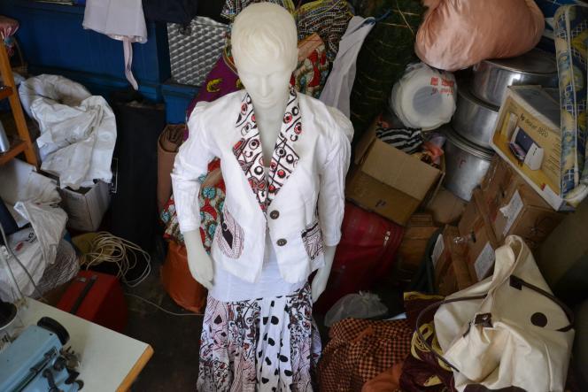 Le style Mbeni fait apparaître des symboles ethniques dans ses créations.