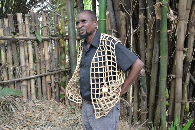 Eddy Masumbuku portant un gilet en bambou, une de ses créations.