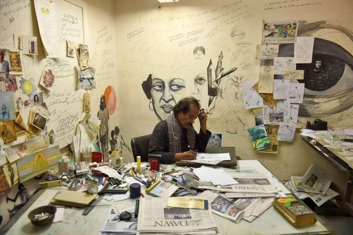 Le caricaturiste pakistanais Rafique Ahmad, à son bureau, le 9 janvier