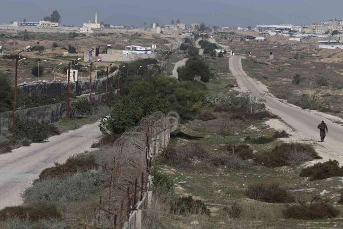 Un membre des forces de sécurité palestiniennes patrouille le long de la frontière entre l'Egypte et Gaza, le 3janvier.