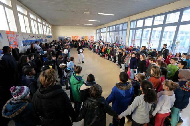 Rassemblement en hommage aux victimes de « Charlie Hebdo », le 8janvier, dans l'école Elisée-Chatin, à Grenoble.