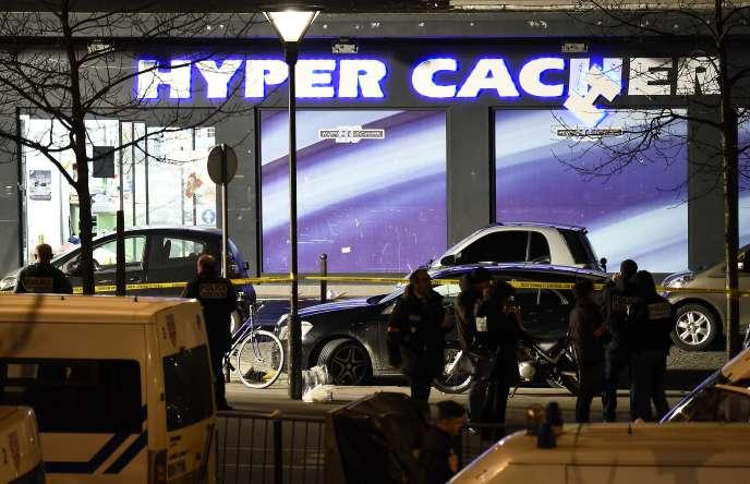 Des policiers français devant l'Hyper Cacher attaqué par Amedy Coulibaly le 9 janvier 2015.