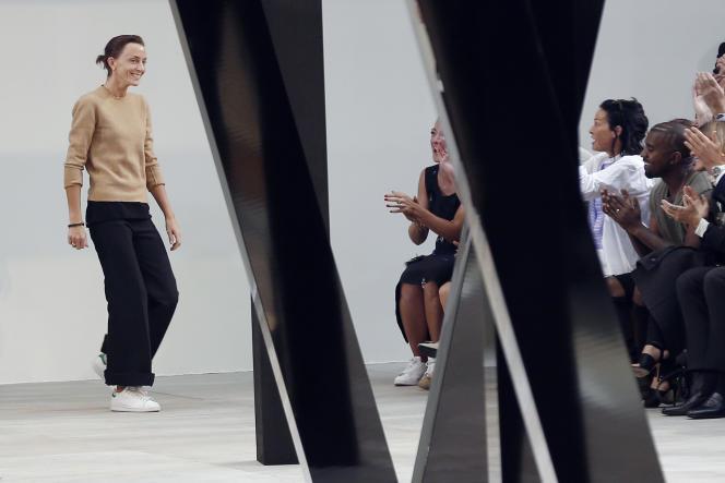 Paris, 28 septembre 2014. Stan Smith aux pieds, Phoebe Philo, directrice artistique de la maison Céline, vient saluer le public du défilé de prêt-à-porter printemps-été 2015.