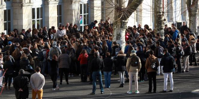 Minute de silence dans uun lycée de Bayonne.