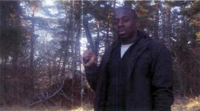 Amedy Coulibaly s'entraîne au tir à l'arbalète dans un bois du Cantal en 2010.